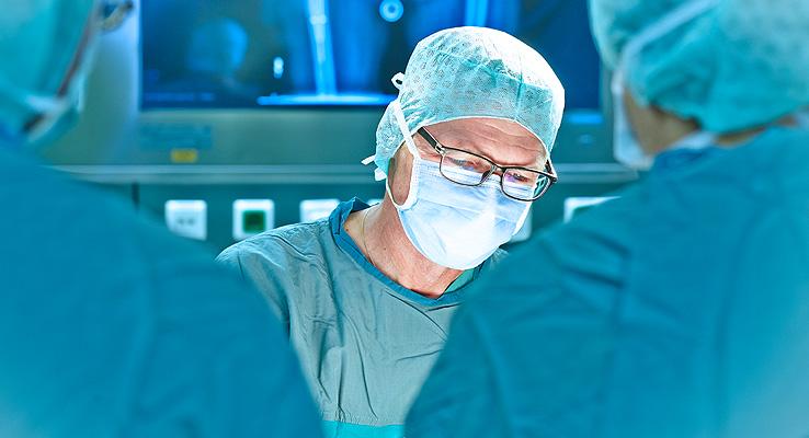Dr. Gerhard Finkenzeller im Operationssaal