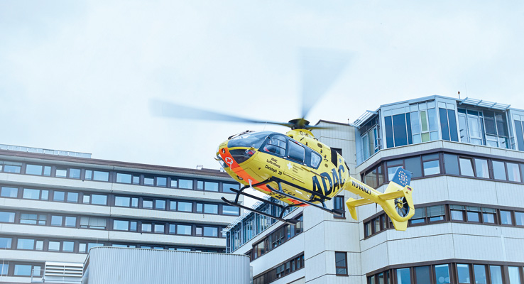 Rettungshubschrauber startet vom Hubschrauberlandeplatz am Klinikum