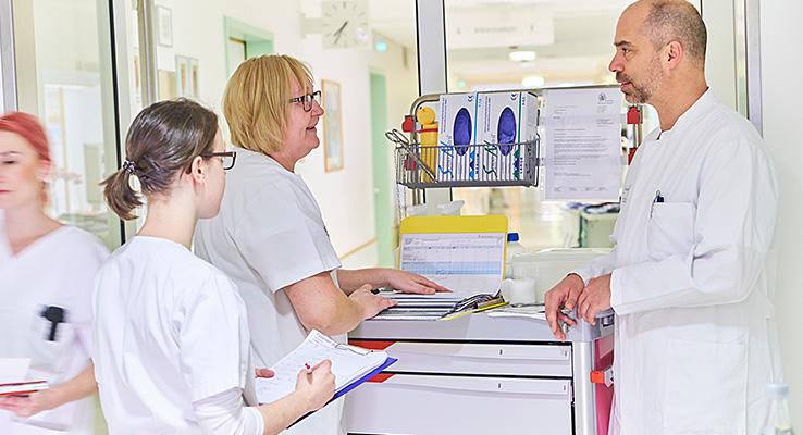 Gespräch Leitender Arzt mit Pflegekräften
